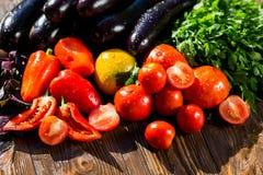 Конец-вверх свежих, зрелых томатов, баклажана, сладостного красного перца и Стоковая Фотография RF