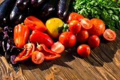 Конец-вверх свежих, зрелых томатов, баклажана, сладостного красного перца и Стоковые Изображения