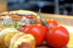 Конец-вверх свежих, зрелых томатов вишни на древесине Стоковые Фотографии RF