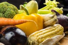 Конец-вверх свежих органических овощей на деревенской деревянной таблице местно стоковое фото rf