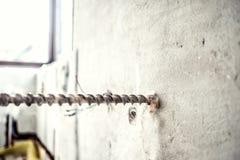 конец-вверх сверля машинного оборудования на строительной площадке разнорабочий используя машину jackhammer сверля для того чтобы стоковое фото rf