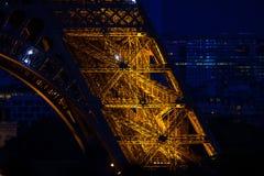 Конец-вверх свода Эйфелева башни на голубом сумраке вечера Стоковая Фотография RF