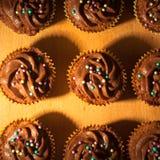 Конец-вверх серии пирожных при шоколад замораживая на деревянной доске стоковые фото