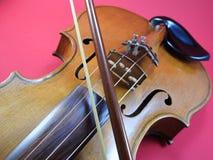 Конец-вверх скрипки, деревянной аппаратуры строки, и смычка стоковое фото rf