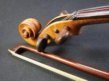 Конец-вверх скрипки и смычка стоковые фото