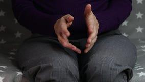 Конец-вверх скручивать нервные руки женщины сток-видео