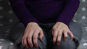 Конец-вверх скручивать нервные руки женщины акции видеоматериалы