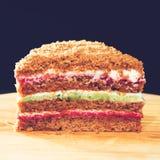 Конец-вверх сладостного домодельного наслоенного торта меда на круглом деревянном bo стоковые изображения