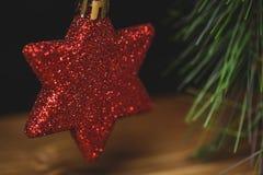 Конец-вверх смертной казни через повешение звезды рождества на рождественской елке Стоковое фото RF