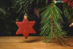 Конец-вверх смертной казни через повешение звезды рождества на рождественской елке Стоковые Изображения RF
