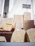 конец-вверх снял армянских частей сыра продавая на рынке фермеров стоковая фотография rf