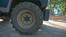 Конец-вверх снял колеса с большой автошиной moving бульдозера акции видеоматериалы