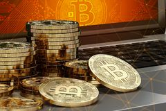 Конец-вверх снял на кучах Bitcoin кладя на компьютер с логотипом Bitcoin на экране и узлами blockchain вокруг Стоковое фото RF