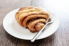Конец-вверх снял печенья Franzbrötchen на плите на деревенском деревянном столе Стоковое Фото