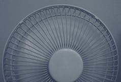 Конец вверх снял половины портативного вентилятора в работая режиме стоковые фотографии rf
