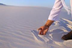 Конец-вверх снял портрета и рук молодого арабского парня в песочном d Стоковая Фотография RF