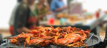 Конец-вверх снятого краба гриля на гриле огня угля пылать Партия барбекю на взморье Концепция партии морепродуктов стоковое фото