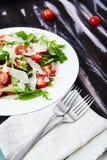 Конец-вверх снятый томатов и салата arugula Стоковые Фото