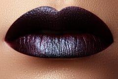 Конец-вверх снял губ женщины с лоснистой губной помадой сливы Совершенный p Стоковые Фотографии RF