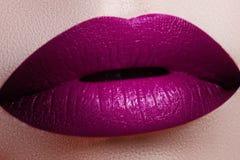 Конец-вверх снял губ женщины с лоснистой fuchsia губной помадой Perfec Стоковые Изображения RF