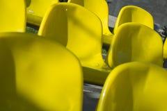 Конец-вверх снял множество желтых пластичных мест на стадионе Стоковые Фотографии RF