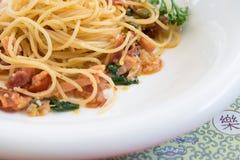 Конец-вверх снял пряных спагетти с беконом и базиликом Стоковое Фото