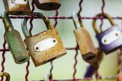 Конец-вверх снял старых винтажных ржавых ключевых замков на старом фене металла Стоковые Фото