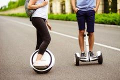 конец вверх Соедините катание на gyroboard и mono-колесе в парке страны Стоковые Изображения RF