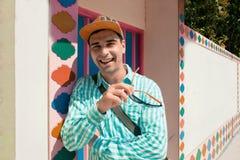 Конец-вверх солнечных очков привлекательного человека усмехаясь нося Стоковая Фотография RF