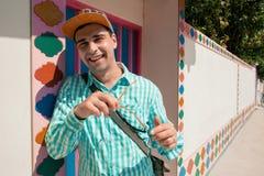Конец-вверх солнечных очков привлекательного человека усмехаясь нося Стоковое Изображение