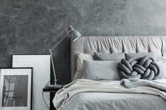 Конец-вверх, спальня с серым изголовьем стоковые фотографии rf