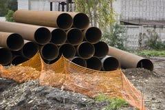 Конец-вверх стальных высоконапорных труб различного пука диаметра в складе Стоковое Изображение RF