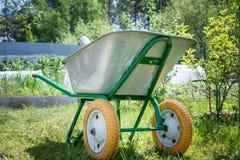Конец - вверх старого автомобиля на предпосылке зеленого сада лета Стоковые Фото