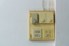 Конец-вверх старого гнезда, электрического выхода на стене Стоковые Изображения