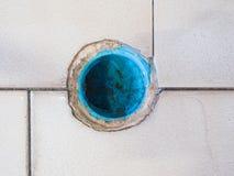 Конец вверх старого пластичного стока воды трубы с пакостными пятнами Стоковое фото RF