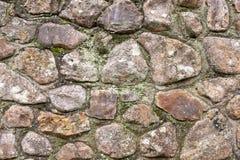 Конец вверх старой каменной стены, с маленькими битами мха и засорител стоковые изображения rf