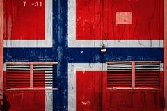 Конец-вверх старых ворот склада с национальным флагом бесплатная иллюстрация