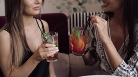 Конец-вверх 2 стекла clink друга очарования женских со свежим коктейлем и выпивать совместно видеоматериал