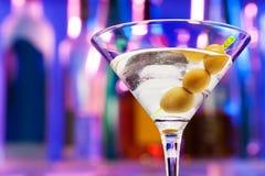 Конец-вверх стекла коктеиля с оливками в баре Стоковое фото RF