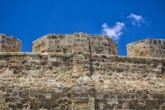 Конец-вверх стены древней крепости против голубого неба Стоковая Фотография RF