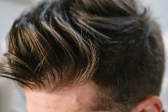 Конец-вверх стиля причесок стильных людей Волосы коричневые стоковые фотографии rf