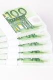 Конец-вверх стогов 100 банкнот евро Стоковые Фотографии RF