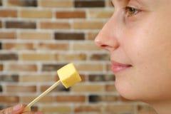 Конец-вверх стороны женщины Женщина есть сыр пармесан Стоковые Изображения