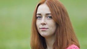 Конец-вверх стороны милой дамы серьезный, сигнал, молодой красный с волосами портрет взгляда женщины сток-видео