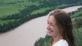 Конец-вверх стороны молодой женщины против фона красивой зеленой равнины акции видеоматериалы