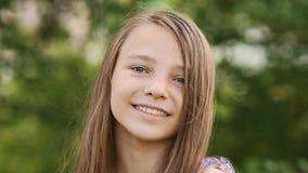 Конец-вверх стороны подростка девушки с оконфуженными веснушками и смешным представлять и играть с его волосами Стоковые Фото
