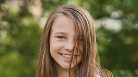Конец-вверх стороны подростка девушки с оконфуженными веснушками и смешным представлять и играть с его волосами Стоковое Изображение
