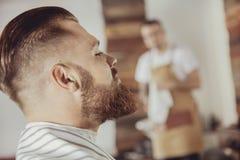 Конец-вверх стороны ` s человека с бородой пока он ждет стоковые изображения