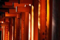 Конец-вверх стробов Torii на святыне Fushimi Inari в Киото Стоковые Фото