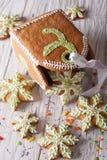Конец-вверх сумки и снежинок рождества пряника вертикально Стоковая Фотография RF